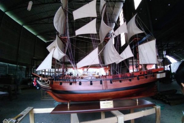 HMS Sirius 1.2m is the latest custom model we built for a corporate client in Sydney. It took 4 months to have the model completed and express shipped by air to arrive Sydney for an even on 8 December 2018. The model is handcrafted 100% from high quality timber from scratch and all sculptures were custom made for the model6